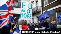 Les partisans du Brexit célèbrent le départ de la Grande-Bretagne de l'UE, alors que des manifestants anti-Brexit marchent en sens inverse à Londres, en Grande-Bretagne, le 31 janvier 2020. (REUTERS/Henry Nicholls)