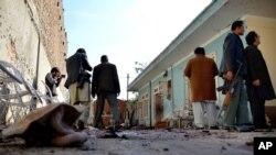 아프가니스탄 보안군이 17일 자살폭탄 공격 현장을 수색하고 있다.