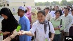 Warga Kamboja, banyak di antaranya bekas korban Khmer Merah, antri untuk mengikuti peradilan di pinggiran ibukota Phnom Penh (27/6).