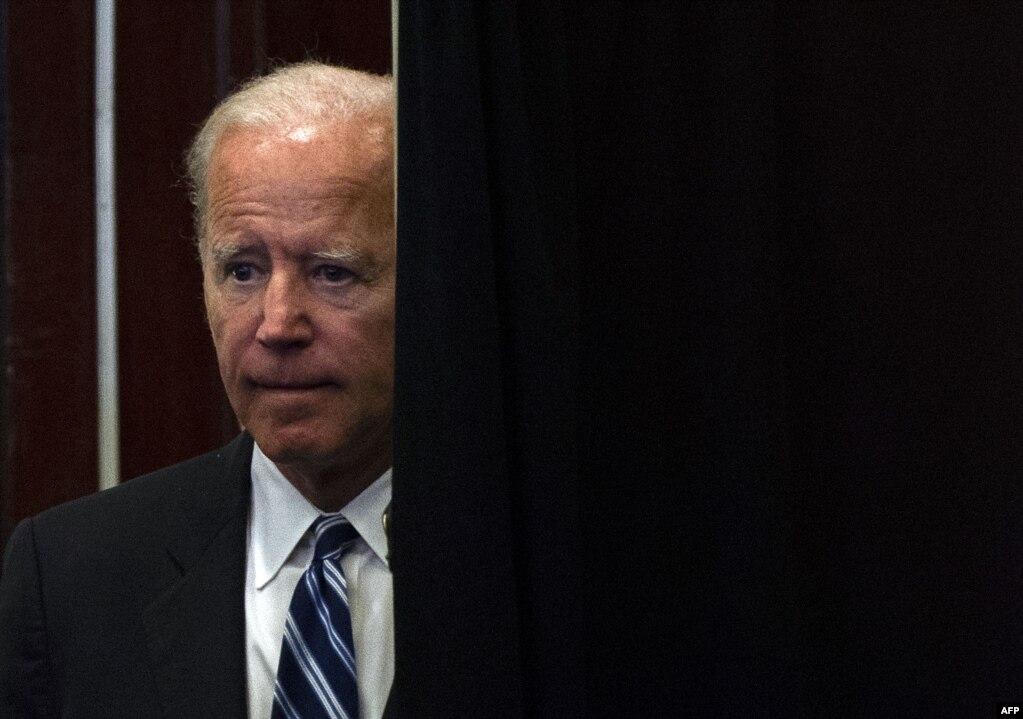 조 바이든 미 전 부통령이 워싱턴 D.C.에서 열린 소방대원협회에서 연설하고 있다. 이 자리에서 바이든 전 부통령은 대선 출마 관련 발표를 곧 할 것이라는 뜻을 시사하였다.