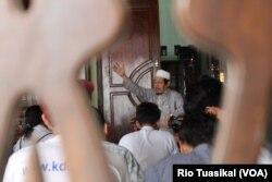 Rahmaddin Afif, tokoh Islam yang juga pengurus masjid Jauhar Yasfi, mengatakan nilai toleransi harus ditanamkan kepada kelompok muda. Sebab, mereka adalah generasi penerus. (Foto: VOA/Rio Tuasikal)