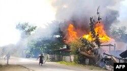 မီးေလာင္က်ြမ္းေနတဲ့ နွမ္းခါးရြာ (ဓာတ္ပံု - ANONYMOUS/AFP)