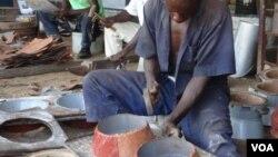 Les Rwandais ne sont guère convaincus par les attraits d'un nouveau four amélioré, jugé trop cher à l'achat