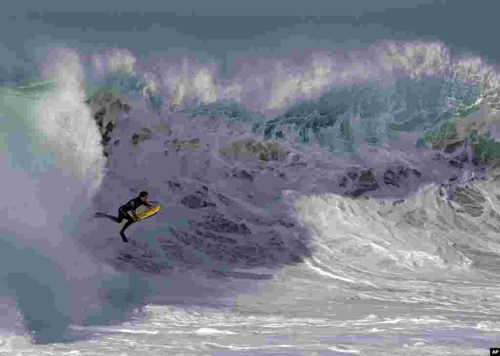Một người lướt sóng ở Newport Beach, bang California. Người đi biển ở nam California trải nghiệm sóng cao hơn nhiều so với lướt bình thường, gây ra bởi cơn bão Marie quay ngoài khơi bờ biển Mexico.
