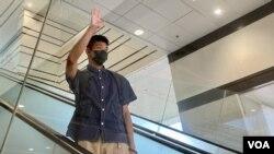 鄒家成自行到西九龍裁判法院應訊,進入法庭前向傳媒打招呼。(美國之音 湯惠芸拍攝)