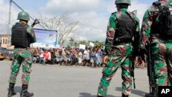 Tentara Indonesia siaga dalam aksi protes di Timika, provinsi Papua hari Rabu (21/8).