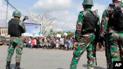 TNI menjaga keamanan saat berlangsungnya aksi protes di Timika, Papua, 21 Agustus 2019.