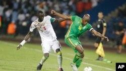Le Sénégalais Cheikhou Kouyate, à gauche, dans un duel avec le Zimbabwéen Willard Katsande lors du match de football du Groupe B entre le Sénégal et le Zimbabwe au stade de Franceville, au Gabon, 19 janvier 2017.