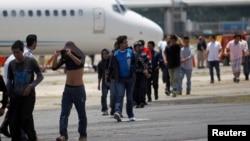 Des migrants clandestins venus du Guatemala, déportés de Phoenix, en Arizona aux États-Unis, arrivent à une base de l'armée de l'air à Guatemala le 22 juillet 2014.