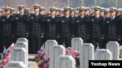 한국 해군사관학교 67기 졸업생들이 소위 임관을 하루 앞둔 지난 7일 국립대전현충원 천안함 묘역을 찾아 참배하고 있다.
