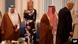 Ivanka Trump accompagne son père, Donald Trump, au palais du roi d'Arabie saoudite, à Riyad, le 20 mai 2017.