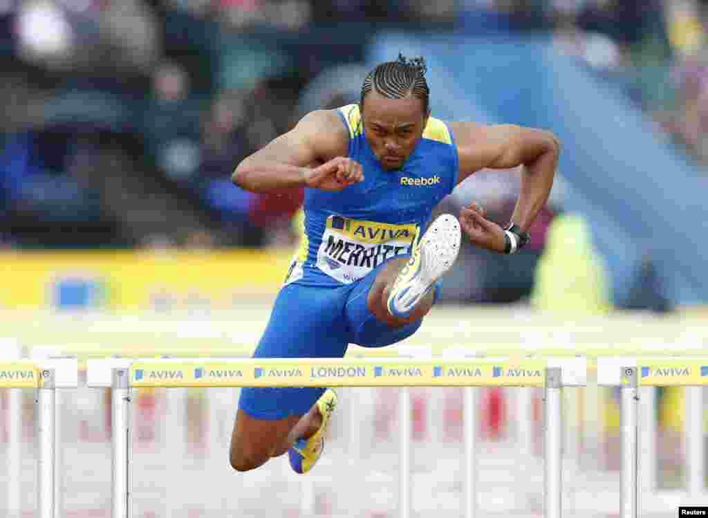 El estadounidense Aries Merrit compite en la carrera masculina de 110 metros con vallas en Crystal Palace.