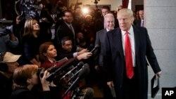 川普總統和衛生與公共服務部部長普雷斯造訪國會山(2017年3月21日)