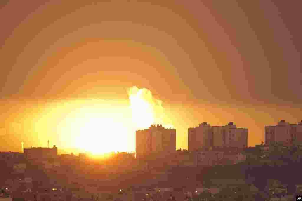 이스라엘의 공습으로 연기가 치솟는 가자지구 국경