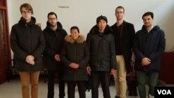 2016年12月19日,德国、瑞典、瑞士、荷兰四国驻华使馆官员看望人权律师江天勇的父母。(维权人士提供图片)