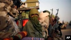 Binh sĩ Mali thuộc sắc dân Tuareg tuần tra các đường phố ở Gao, bắc Mali, 16/2/2013