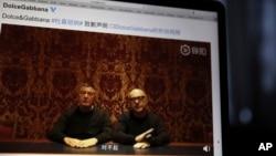 "Para pendiri rumah mode adibusana Dolce & Gabbana, Domenico Dolce, kiri, dan Stefano Gabbano menyampaikan permohonan maaf dalam sebuah video yang ditayangkan lewat media sosial di China, dengan mengatakan ""penyesalannya"" dalam bahasa Mandarin sebagaimana tampak dalam layar komput"
