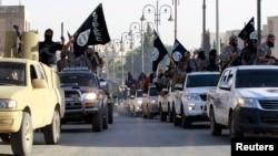 Chiến binh của nhóm IS trên đường phố thị trấn Raqqa, Syria.
