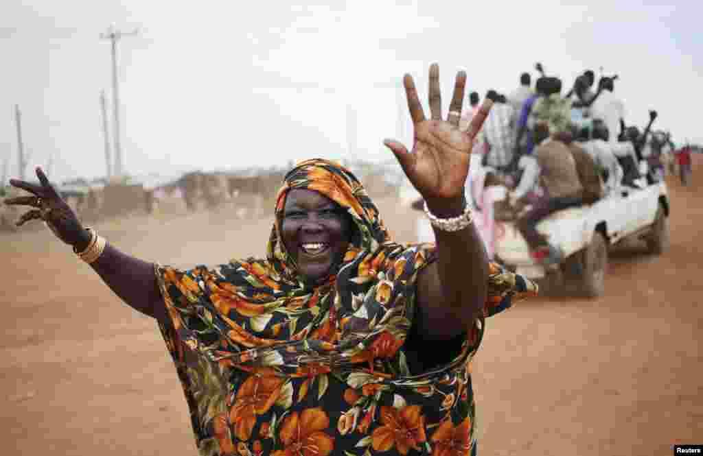 Một phụ nữ đi trong đoàn xe đến thị trấn Abyei trước cuộc trưng cầu dân ý. Cư dân thị trấn miền xa Abyei và đang tranh chấp tại vùng biên giới sẽ tự tiến hành cuộc trưng cầu dân ý về việc gia nhập Sudan hay Nam Sudan, bất chấp những cảnh báo rằng việc này sẽ gây ra bạo động tại khu vực vốn đã bất ổn này.