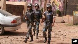 Des casques bleus de la mission de l'ONU au Mali patrouillent à l'extérieur d'une discothèque qui a été l'objet d'un attentat le 7 mars 2015, à Bamako, Mali.