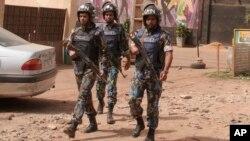 Des casques bleus de l'ONU déployés au lieu d'un attentat après l'explosion d'une bombe dans une discothèque à Bamako, Mali, samedi 7 mars 2015.