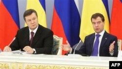Ліворуч: Президент України Віктор Янукович та президент Росії Дмитро Медведєв