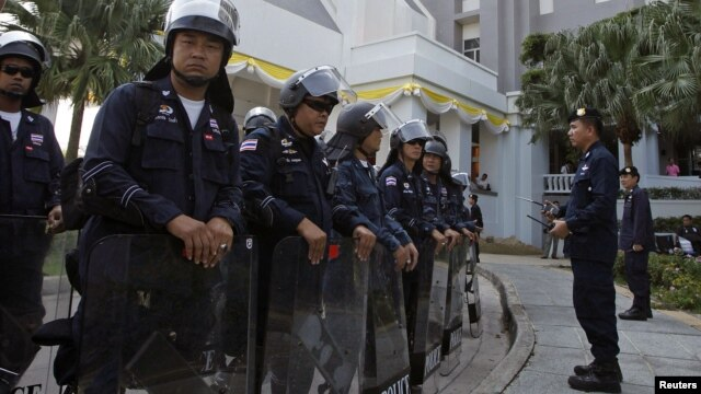 Riot policemen stand guard outside the Department of Special Investigation (DSI) in Bangkok, December 13, 2012.