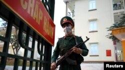 Lính canh tại một điểm cách ly tập trung ở một trại quân đội ở tỉnh Lạng Sơn. Các doanh nghiệp Mỹ kêu gọi Việt Nam giảm thời gian cách ly bắt buộc sau khi Bộ Y tế nâng mức này lên 3 tuần.