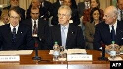 Thủ tướng Italia Mario Monti (giữa) trong một phiên họp tại Rome