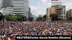 Pristalice Huana Guaida (Foto: REUTERS/Carlos Garcia Rawlins)