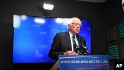 Kandidat calon presiden Partai Demokrat Bernie Sanders bersiap untuk berbicara dalam video kepada para pendukung di Burlington, Vermont (16/6).