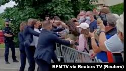 Francuski predsednik Emanuel Makron ošamaren je tokom obilaska jednog mesta na jugu Francuske, 8. jun 2021. godine (Foto: BFMTV via Rojters TV)