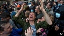 خوشحالی یکی از افراد آزاد شده، در پی حمله معترضان طرفدار روسیه به پایگاه پلیس در اودسا، ۱۴ اردیبهشت ۱۳۹۳