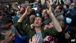 5月4日在乌克兰东部的敖德萨一名被释放的亲俄人士放声痛哭
