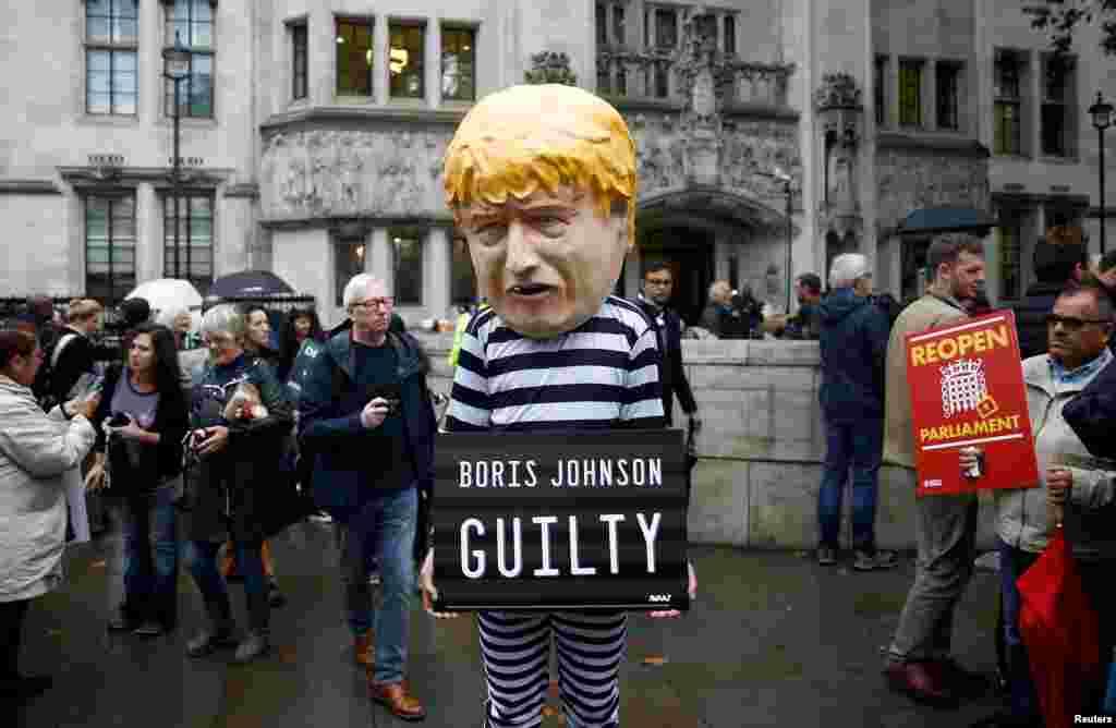 London - Etirazçılar küçəyə baş nazir Boris Consonun müqəvvası ilə çıxıb