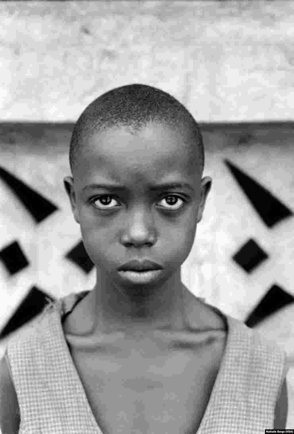 Un ancien enfant-soldat sierra-léonais dans un camp de réfugiés en Guinée, 2000. (Nathalie Barge, VOA)