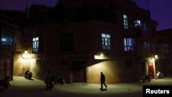 2017年3月23日新疆老城夜晚街道上。