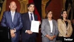La Asamblea Nacional de Ecuador eligió el martes 11 de diciembre de 2018 al economista Otto Sonnenholzner (segundo desde la izquierda) para reemplazar a la exvicepresidenta María Alejandra Vicuña, quien renunció tras acusaciones de corrupción.