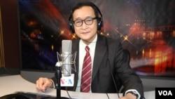 Presiden oposisi Kamboja dari Partai Penyelamatan Nasional, Sam Rainsy saat diinterview oleh VOA 4 Februari lalu (foto: dok).