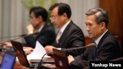 한국의 김관진 신임 국가안보실장(오른쪽)이 2일 청와대에서 열린 수석비서관회의에 참석했다.