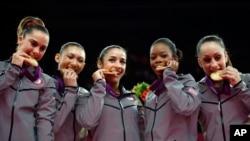 Lima pesenam puteri AS yang berhasil meraih medali emas dalam nomor beregu puteri di London (31/7).