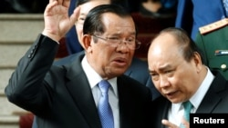Thủ tướng Campuchia Hun Sen (trái) và Thủ tướng Việt Nam Nguyễn Xuân Phúc sau một cuộc hội đàm tại Hà Nội, Việt Nam, hôm 7/12.