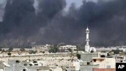 的黎波里8月23日在争夺阿齐齐亚兵营的战斗爆发后硝烟密布