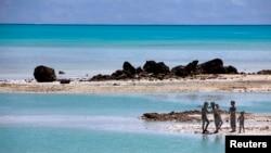 Anak-anak bermain di karang berlumut dekat desa Ambo on South Tarawa, Kepulauan Pasifik Tengah, Kiribati (Foto: dok). Wilayah yang terdiri dari sekitar 33 kepulauan yang tingginya hanya beberapa meter dari permukaan air laut ini diperkirakan tidak dapat dihuni lagi dalam 30 hingga 60 tahun mendatang.