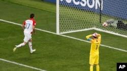 法國門將洛里斯在下半場無奈地看著克羅地亞球員文迪蘇傑的入球。