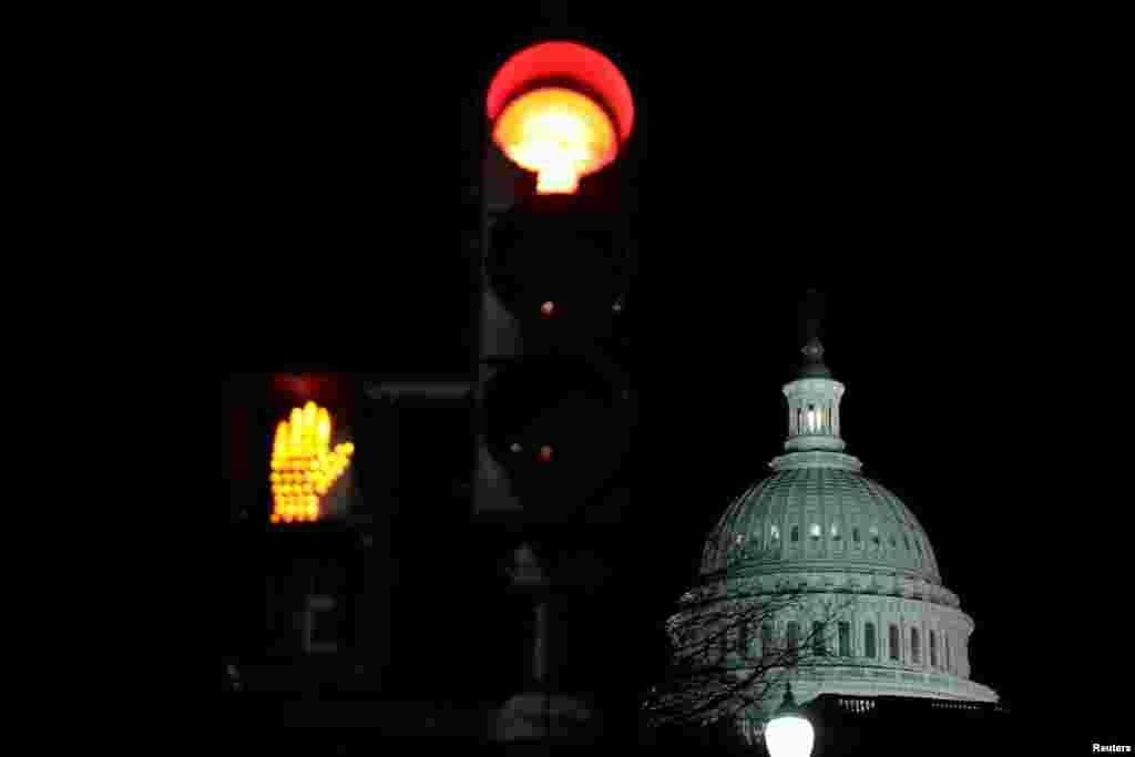 نمایی از ساختمان کنگره در پایتخت آمریکا اندکی پس از آن که دولت آمریکا به طور موقت تعطیل شد.