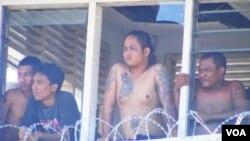 Para narapidana masih menduduki pos pengawasan keamanan Lapas di sisi timur Lapas Kerobokan (23/2).