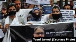 سری نگر میں مقتول صحافی شجاعت بخاری کی ہلاکت کے خلاف مظاہرہ۔