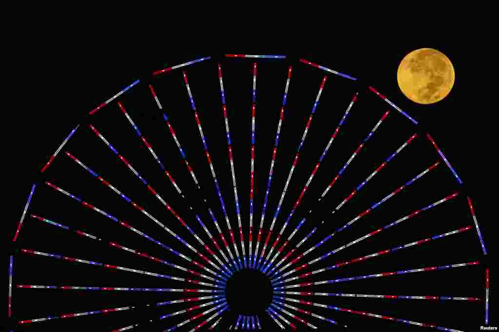 Bulan muncul setelah gerhana 'Bulan Darah' di Santa Monica, California (8/10).