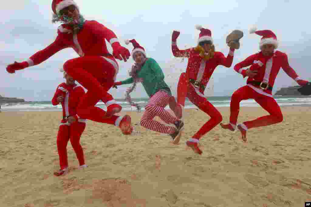 Các du khách người Anh nhảy múa ăn mừng ngày Giáng sinh tại bãi biển Bondi ở Sydney, Australia, ngày 25/12/2012.